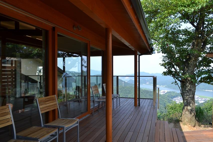 頂の森にうまれた木のカフェ