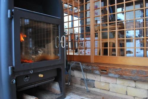 雪と木の家と薪ストーブ